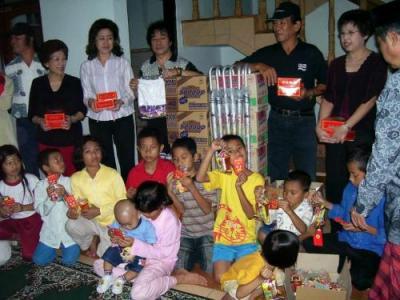 也邀请了2名孤儿的老师与儿童参加晚会