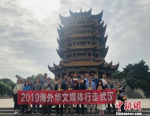 中国侨网海外华文媒体代表在武汉黄鹤楼前合影 张芹 摄