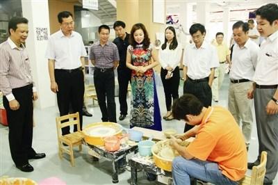 通明瓷业向前来考察的大鹏新区领导展示制作瓷器过程。