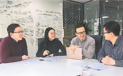 中国侨网阮安邦(右二)在中关村与团队成员一同讨论创业园区相关政策和公司未来发展方向。(图片由受访者提供)