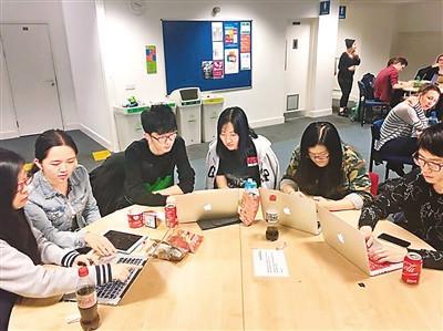 中国侨网在留学时,薄梦(右三)在图书馆和同学一起讨论小组作业。