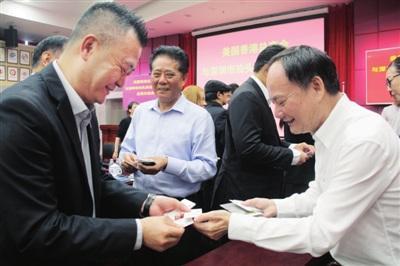 中国侨网美国香港总商会访问团与侨商智库相关负责人交流。深圳侨报记者 柯东波 摄