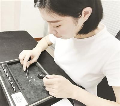 中国侨网工作中的珠宝设计师. (金晶 摄)