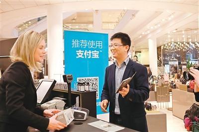 中国侨网图为芬兰最大百货商场斯托克曼引入支付宝支付作为商场购物支付方式。(新华社记者 李骥志 摄)