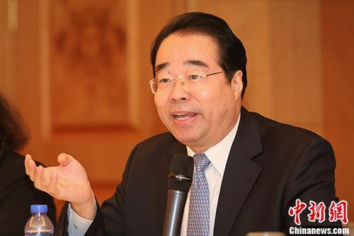 中国侨网8月23日,中央统战部副部长、国务院侨办主任许又声同香港侨界人士座谈交流。 中新社记者 谢光磊 摄