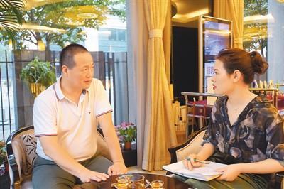 中国侨网图为关金涛接受记者采访。 (贺文翰 摄)