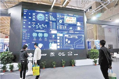 中国侨网11月2日,在昆明举行的第二十届中国零售业博览会上,智慧零售受到观众青睐。图为机器人导购在与观众互动。 王晋 摄