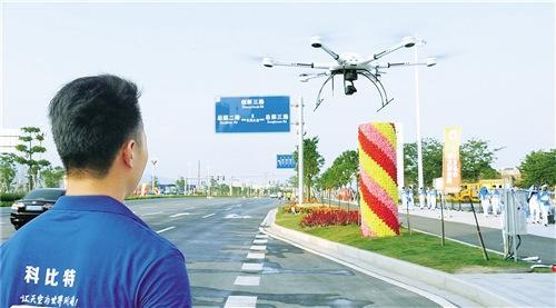 中国侨网图为深圳市科比特航空科技有限公司工作人员在操作该公司研发的公安警用无人机。杨阳腾摄