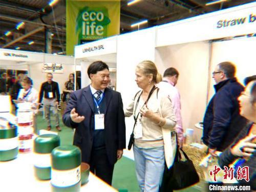 中国侨网北欧采购商与宁夏代表团团长、宁夏自然资源厅副巡视员张浩当场洽谈。 胡学玲 摄