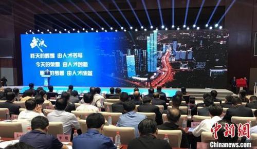 中国侨网7日上午武汉人才集团有限公司揭牌成立 张芹摄
