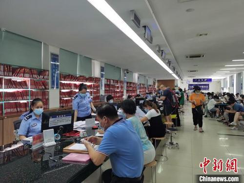 中国侨网在海口龙华办证中心,办理落户的人络绎不绝。 黄艺 摄