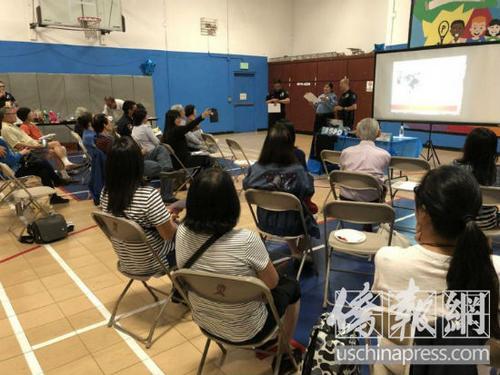 中国侨网华裔居民正在聆听警官讲述预防各种犯罪的方式方法。(美国《侨报》 高睿摄)