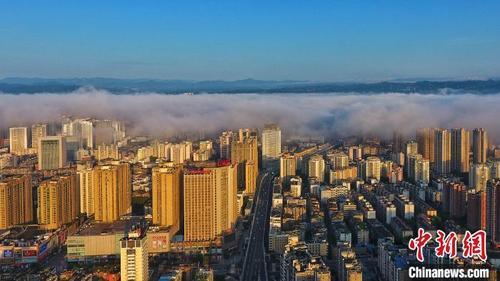 """湖北宜昌:云雾缭绕犹如""""天空之城"""""""