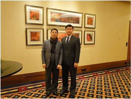 中国驻匈牙利大使馆领事部主任李克震(右)祝贺刘志辉当选匈华总会副主席。