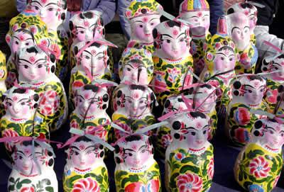 待售的手工制作的传统泥娃娃作品