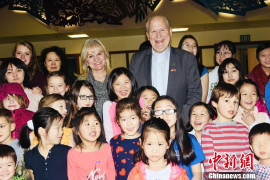 阿拉斯加州长走访中文学校给华裔社区拜年