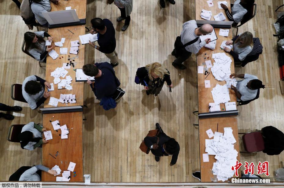 英国投票站一片繁忙 大选最终结果即将揭晓