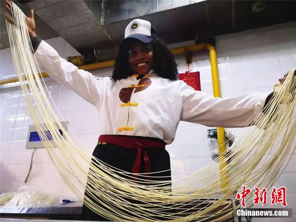 非洲姑娘30秒做出一碗兰州牛肉拉面