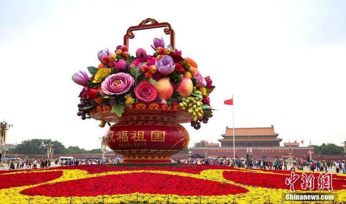 天安门广场国庆主题花篮正式亮相