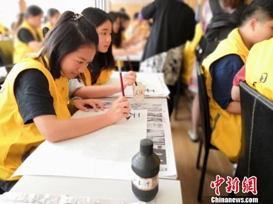 """华裔青少年江西""""寻根问道"""" 传习中国书法"""