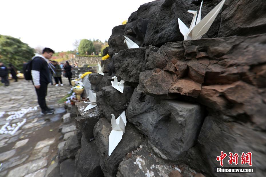 南京民众走进光华门战斗遗址祈愿和平
