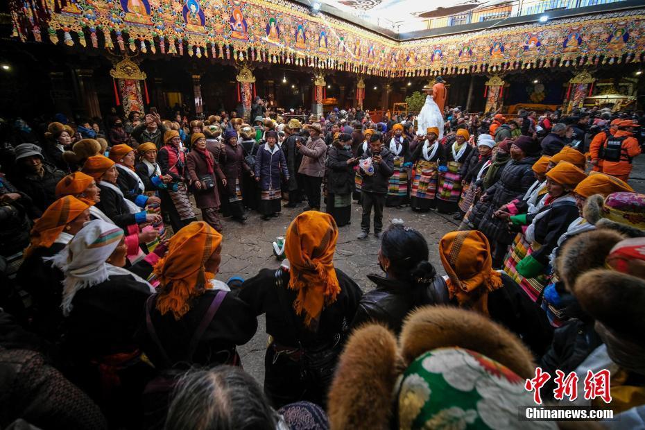 """西藏""""仙女节"""" 美酒舞蹈为爱祈福"""