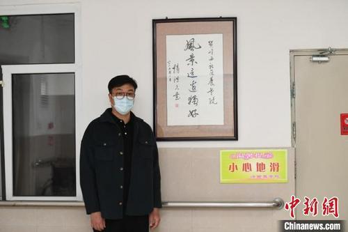 中国侨网郭世平回国后,自学了老年护理并考取了老年人健康评估师。他说,照顾老人这件事不能有一丝马虎。 张瑶 摄