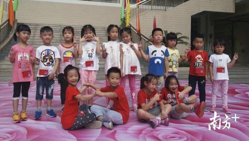 中国侨网7对一年级的双胞胎萌娃们.校方供图