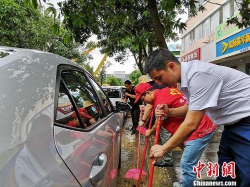 中国侨网珠海市横琴新区工商局上街打扫,组织救灾复产。 钟欣 摄