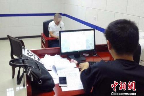 中国侨网警方对犯罪嫌疑人进行审讯 当阳警方 供图