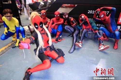 中国侨网打扮成动漫形象的市民自拍。 殷立勤 摄
