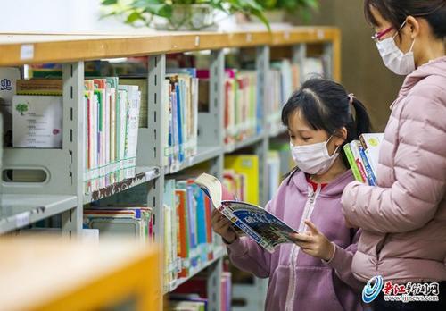 晋江市图书馆复馆首日 读者排队一小时等候进馆