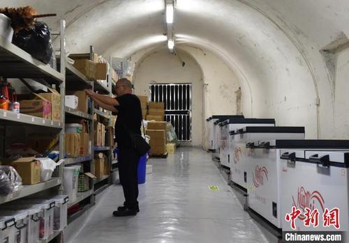 重庆连发五天高温橙色预警 民众防空洞内吃火锅纳凉