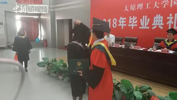 非洲留学生穿中山服庆祝毕业季