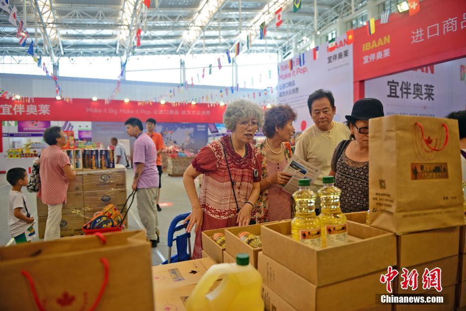 市民在进口商品区域选购