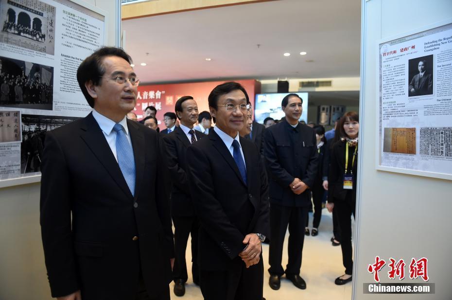 国侨办副主任谭天星等参观图片展