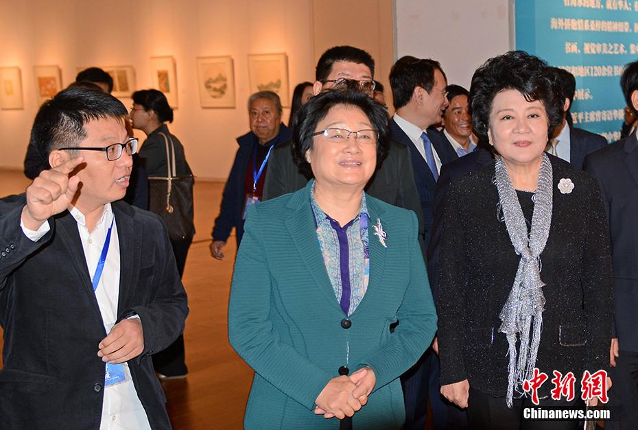 全国政协副主席李海峰参观书画展