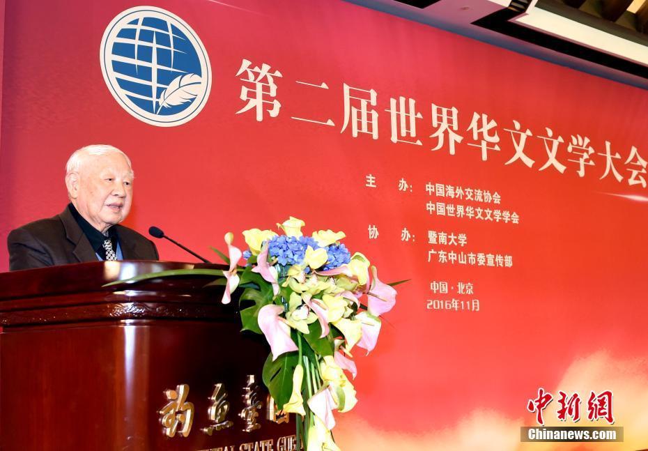 加拿大漂木艺术家协会会长洛夫出席华文文学大会