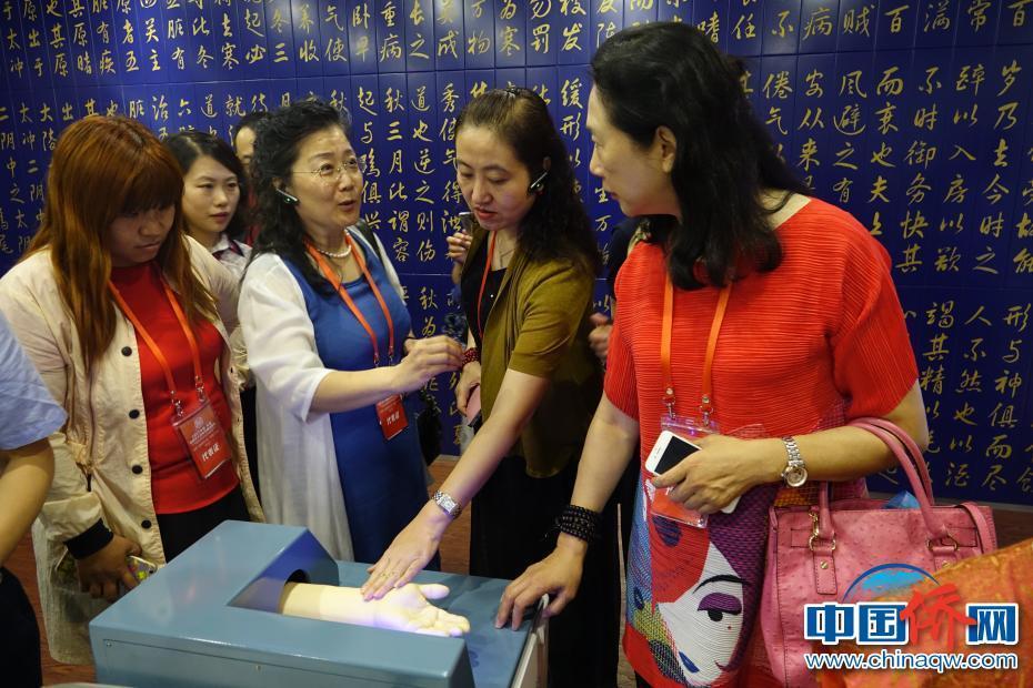 海外华媒代表参观天津滨海高新区