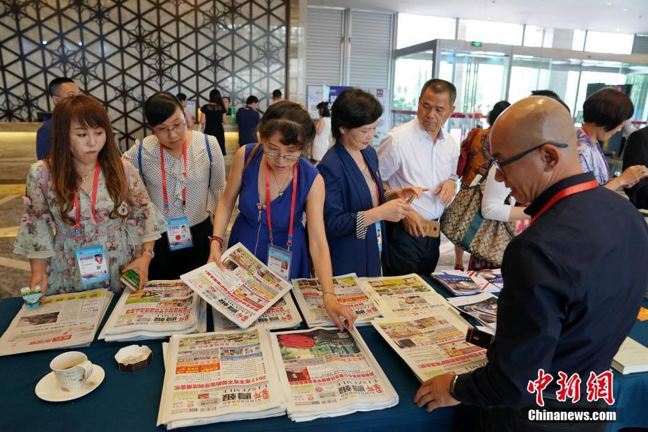 匈牙利华文媒体人在会议间歇介绍《新导报》