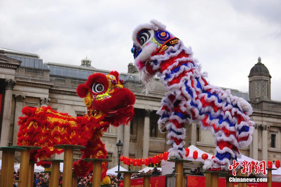 中国传统舞狮表演亮相伦敦特拉法加广场中国春节庆典
