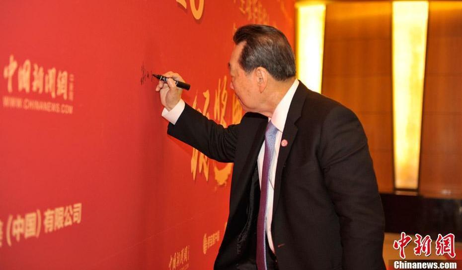 嘉宾步入红毯,谢国民签名并留影
