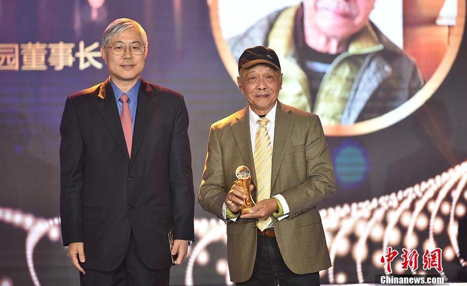 左志强(左)为印尼归侨郑文泰(右)颁奖