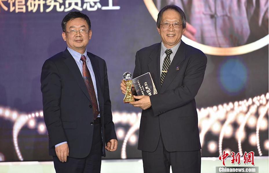 清华大学华商研究院院长龙登高(左)为王纯杰(右)颁奖