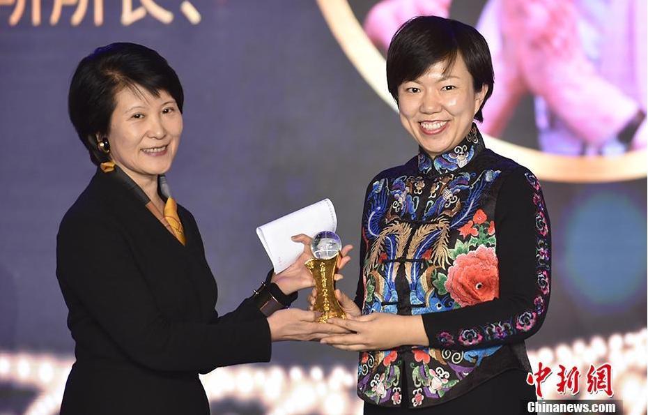 中国新闻社总编辑王晓晖(左)为叶嘉莹代表、叶嘉莹助手张静颁奖