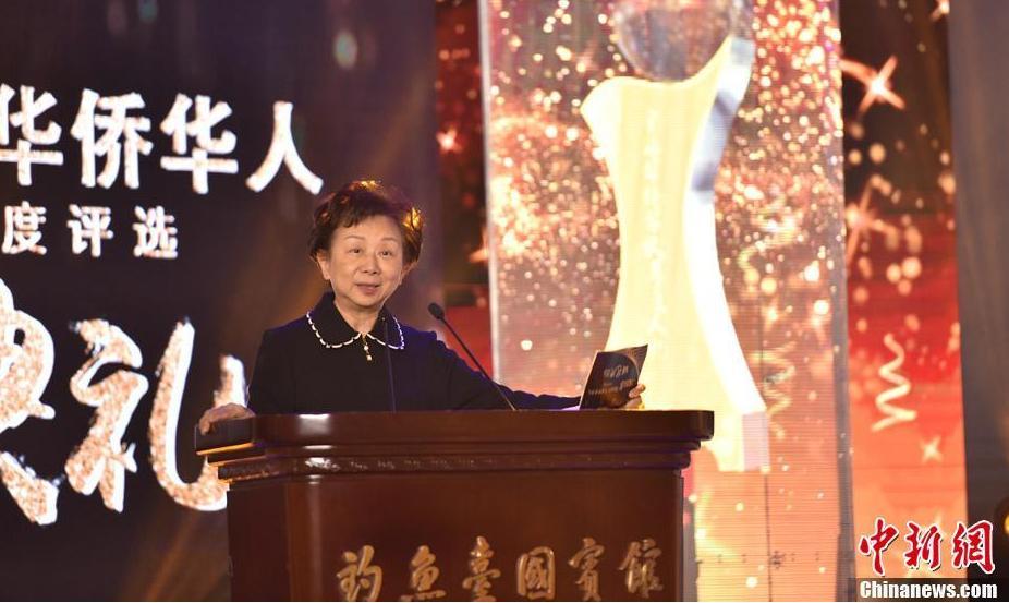 评委代表林蔡亮亮女士宣布揭晓十大新闻评选结果