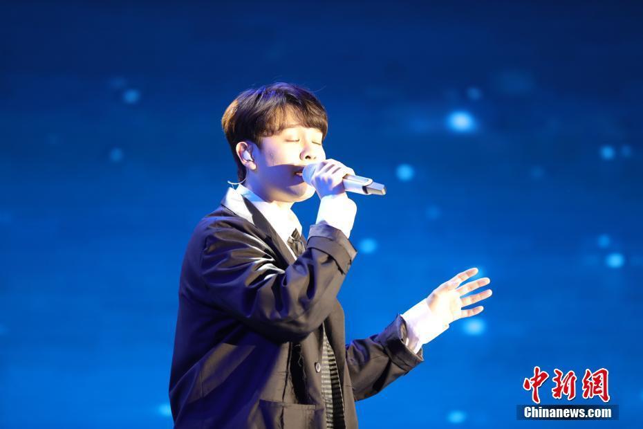 马来西亚华裔青年歌手尤长靖演唱《一颗星的夜》