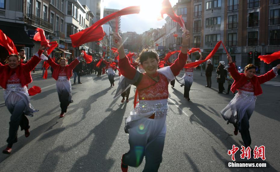 盛装巡游逛庙会 比利时华侨华人热闹过年