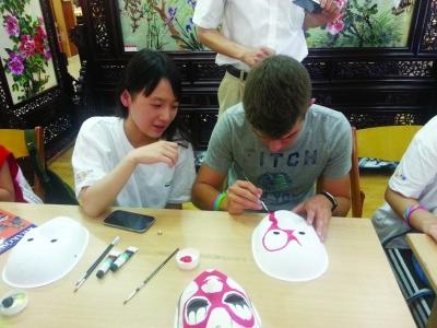 青奥会国际青少年顾问学习中国传统手艺(图)图片