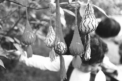 一般来说,就是在屋梁或大树上挂一杆大秤,双手拉住秤钩,两足悬空;小孩